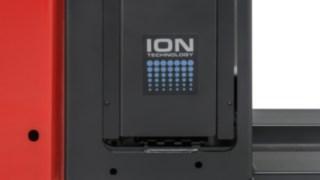 Durch die Lithium-Ionen-Technologie von Linde Material Handling sind die Batterien bei Raumtemperatur nach 1,1 Stunden aufgeladen.