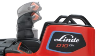 Der höhenverstellbare Steuergriff des D10 FP von Linde Material Handling passt das Fahrzeug perfekt an den Fahrer an.