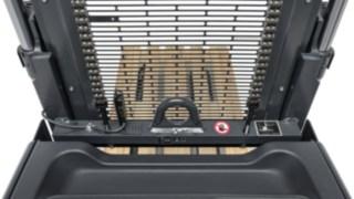 Das Lastschutzgitter des D10 FP von Linde Material Handling schützt Fahrer und Ladung.