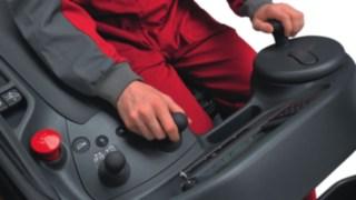 Fahrerarbeitsplatz eines Schubmastmastaplers