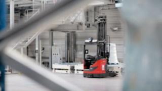Automatisierte Schubmaststapler R-MATIC von Linde bewegen sich im Warenlager.