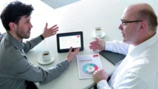 Briefing für den Linde Safety Scan an einem Tisch beim Kunden