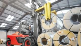 Ein Fahrzeug von Linde Material Handling transportiert Ware.