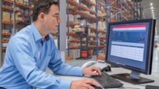 Flottenmanager vor einem Desktop mit Linde connect, dem Flottenmanagementsystem von Linde Material Handling.
