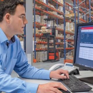 Flottenmanager blickt auf Bildschirm mit connect: Flottenmanagement-Software
