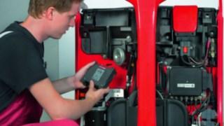 Techniker rüstet einen Stapler mit Linde-Komponenten nach