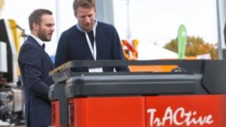 Fabian Scherer erklärt Kunden Logistikzüge von Linde für das Ground Handling auf der Inter Airport