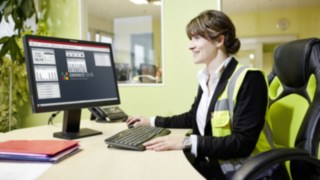 Marie-Luise Wolf von SMP arbeitet mit der intuitiven Oberfläche Flottenmanagement-Software Linde connect