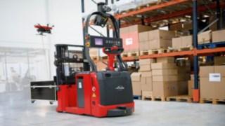 Auf der Fachmesse LogiMAT in Stuttgart stellt Hersteller und Lösungsanbieter Linde Material Handling den Prototyp einer Inventurdrohne vor. Durch die Kopplung der Drohne mit einem automatisierten Hochhubwagen sind dauerhafte Energieversorgung und Ortung in der Halle garantiert.