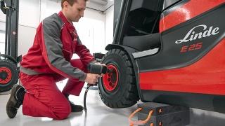Reifenwechsel bei einem Linde Stapler